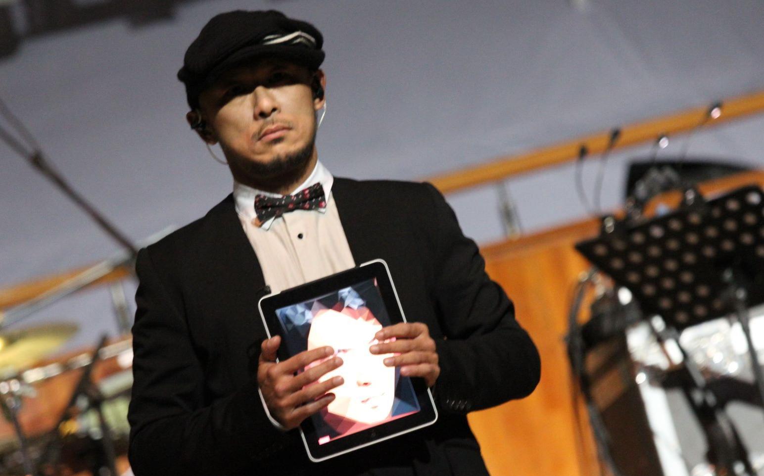 (From 杨小哒 http://www.weibo.com/dada1180706 微博) Jason與人山人海一向以「電子玩具」作樂器而聞名,這個用上黃耀明的大頭照!